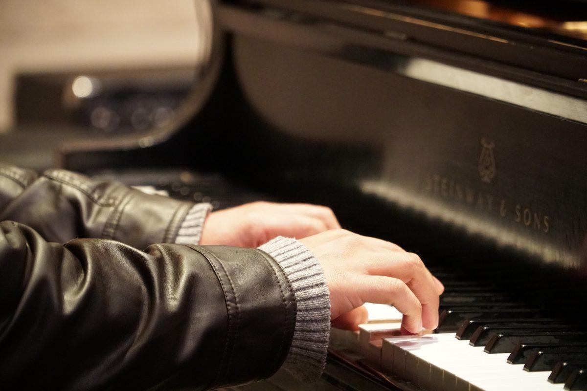 За ролята на лявата и дясната ръка при свиренето на пиано